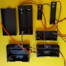 """Elemtartó foglalat - áramkörépítéshez vagy """"titkos kód"""" létrehozásához - többféle kivitelben - 2xAA (2x1,5V)"""