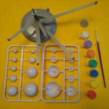 Kifesthető naprendszermodell forgókarokkal, fluoreszkáló