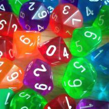 Tízoldalú kocka 1–10-ig vagy 0–9-ig számozva – szorzótábla gyakorlásához, ismerkedős és csapatépítő játékokhoz, feladatötletekkel! – 0–9-ig, áttetsző piros
