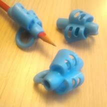 Ceruzafogó – az írástanulás megkönnyítésére, az ideális íróeszköztartás elsajátítására – kék
