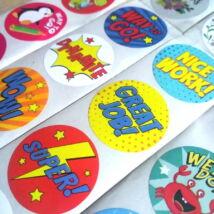Kör alakú matricák angol motiváló szövegekkel, több változat – pop-art stílusú, 8 db