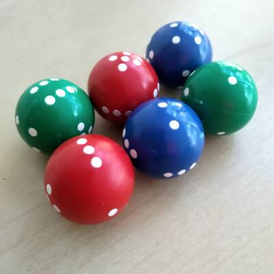 """Dobógömb – """"kerek dobókocka"""" 1-6-ig pöttyözve, több színben – piros (1 db)"""