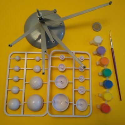 Kifesthető naprendszermodell forgókarokkal