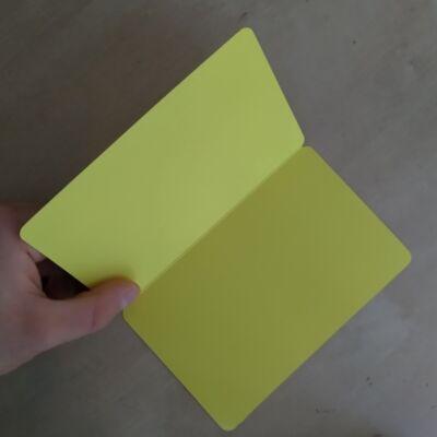 Félbehajtható, ceruzával (újra)írható, felállítható kártya / névtábla, több színben - sárga (1 db)