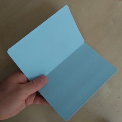Félbehajtható, ceruzával (újra)írható, felállítható kártya / névtábla, több színben - pasztellkék (1 db)