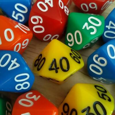Tízoldalú kocka tízesekkel számozva - számoláshoz - műveletekhez - matematika- és idegen nyelvi órán - sárga - színválaszték