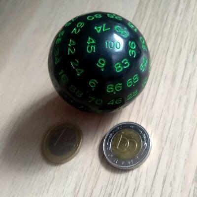 Fekete százoldalú dobókoca zöld számokkal – Sorsoláshoz és tanórai játékos feladatokhoz – Black 100-faced dice for teaching w green numbers