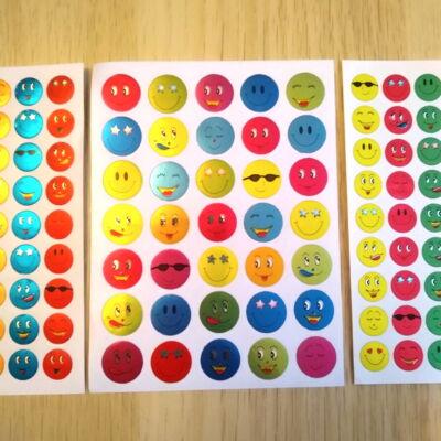 Matrica - mosolygós arcok smiley-k fémesen csillogó - 15 mm - 35 db / ív